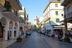 27 Korfu-AUGUSTUS: Winkelt de Kerkyra oude stad in de middag met de rij van herinneringen op 27 Augustus, 2014 op het eiland van  Stock Foto