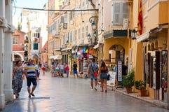 22 Korfu-AUGUSTUS: Winkelt de Kerkyra oude stad met de rij van herinneringen op 22 Augustus, 2014 op het eiland van Korfu, Grieke Stock Fotografie