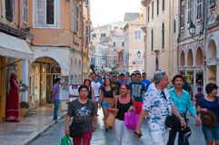 22 Korfu-AUGUSTUS: Winkelt de Kerkyra oude stad met de rij van herinneringen op 22 Augustus, 2014 op het eiland van Korfu, Grieke Stock Afbeelding