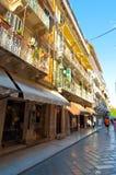 27 Korfu-AUGUSTUS: Winkelt de Kerkyra smalle straat in de oude stad met de rij van herinneringen op 27 Augustus, 2014 op Korfu, G Stock Fotografie
