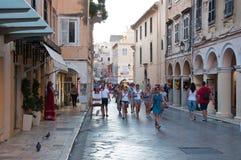 22 Korfu-AUGUSTUS: Winkelt de Kerkyra smalle straat in het hete weer met de rij van herinneringen op 22 Augustus, 2014 op Korfu,  Stock Foto