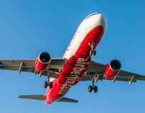 KORFU-FLUGHAFEN, GRIECHENLAND - 14. SEPTEMBER 2013: Flugzeuge der Airberlin-Fluglinien-Firmenlandung am Flughafen Korfu Lizenzfreie Stockbilder
