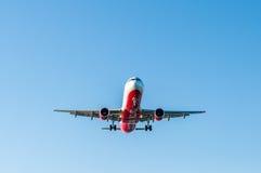 KORFU-FLUGHAFEN, GRIECHENLAND - 14. SEPTEMBER 2013: Flugzeuge der Airberlin-Fluglinien-Firmenlandung am Flughafen Korfu Stockbilder