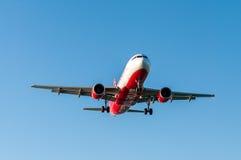 KORFU-FLUGHAFEN, GRIECHENLAND - 14. SEPTEMBER 2013: Flugzeuge der Airberlin-Fluglinien-Firmenlandung am Flughafen Korfu Stockfotos