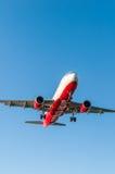 KORFU-FLUGHAFEN, GRIECHENLAND - 14. SEPTEMBER 2013: Flugzeuge der Airberlin-Fluglinien-Firmenlandung am Flughafen Korfu Lizenzfreie Stockfotografie