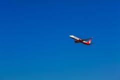 KORFU FLYGPLATS, GREKLAND - JULI 12, 2011: Boeing 737 av Airberlin a Arkivbild