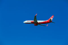 KORFU FLYGPLATS, GREKLAND - JULI 12, 2011: Boeing 737 av Airberlin a Fotografering för Bildbyråer