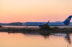 KORFU FLYGPLATS, GREKLAND - JULI 11, 2011: Boeing 757 av Thomas Cook Royaltyfri Bild