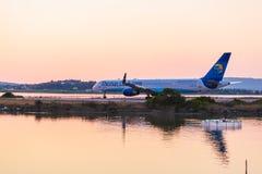 KORFU FLYGPLATS, GREKLAND - JULI 11, 2011: Boeing 757 av Thomas Cook Royaltyfria Foton