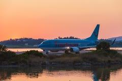 KORFU FLYGPLATS, GREKLAND - JULI 11, 2011: Boeing 767 av Thomson på Royaltyfri Fotografi