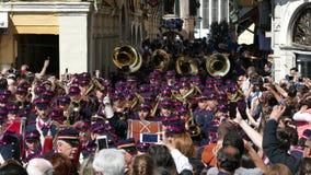 KORFU GREKLAND - APRIL 7, 2018: Filharmoniska musiker som spelar i berömmar för Korfu påskferie lager videofilmer