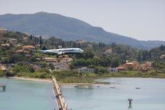 KORFU GREKLAND - juni 07, 2018: Ryanair Boeing flygplanländer till CFU-flygplatsen i Korfu Slapp fokus royaltyfria foton