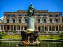 Korfu Grekland - Juni 09 2013: turist- besöka museum av asiatisk konst som inhysas i slotten av St Michael och St George fotografering för bildbyråer