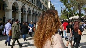 KORFU, GRIECHENLAND - 6. APRIL 2018: Gehende Leute auf dem Spianada-Quadrat von Korfu-Stadt, Griechenland Hauptfußgängerstraße Li