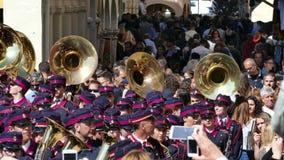 KORFU, GRIECHENLAND - 7. APRIL 2018: Philharmonische Musiker, die in den Feiertagsfeiern Korfus Ostern spielen