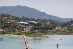 KORFU, GRIECHENLAND - 7. Juni 2018: Flugzeugländer Ryanairs Boeing zu CFU-Flughafen in Korfu Weicher Fokus lizenzfreie stockfotos