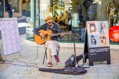 Korfu, Griechenland - 16 10 2018: Straßenmusiker spielt Gitarre im Park in Korfu-Stadt, Griechenland lizenzfreies stockfoto