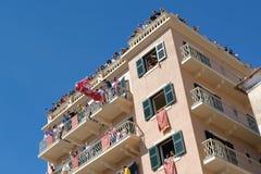 KORFU, GRIEKENLAND - APRIL 30, 2016: Corfians werpt kleipotten van balkons op Heilige Zaterdag om de Verrijzenis te vieren Stock Afbeeldingen