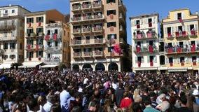 KORFU, GRIEKENLAND - APRIL 7, 2018: Corfians werpt kleipotten van vensters en balkons op Heilige Zaterdag om de Verrijzenis te vi stock videobeelden