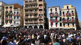 KORFU, GRIEKENLAND - APRIL 7, 2018: Corfians werpt kleipotten van vensters en balkons op Heilige Zaterdag om de Verrijzenis te vi stock video