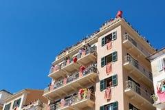KORFU, GRIEKENLAND - APRIL 30, 2016: Corfians werpt kleipotten van vensters en balkons op Heilige Zaterdag om de Verrijzenis te v Stock Afbeeldingen