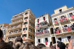 KORFU, GRIEKENLAND - APRIL 30, 2016: Corfians werpt kleipotten van vensters en balkons op Heilige Zaterdag om de Verrijzenis te v Stock Foto's