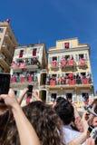 KORFU, GRIEKENLAND - APRIL 30, 2016: Corfians werpt kleipotten van vensters en balkons op Heilige Zaterdag om de Verrijzenis te v Stock Foto