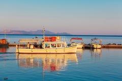 KORFU, GRIEKENLAND - JULI 3, 2011: Boten in kleine haven dichtbij Vlacher Stock Afbeeldingen