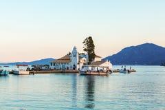 KORFU, GRIEKENLAND - JUNI 30, 2011: De toeristen drijven op een boot dichtbij Vla Stock Fotografie