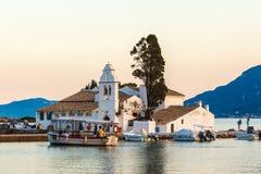 KORFU, GRIEKENLAND - JUNI 30, 2011: De toeristen drijven op een boot dichtbij Vla Stock Foto's