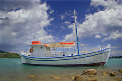 Korfu zakotwiczonych łodzi wyspy rejsów morzem Zdjęcie Stock