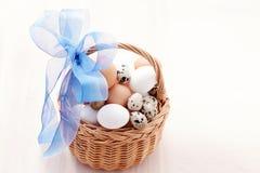 Korg av ägg Arkivbild