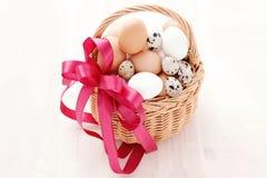 Korg av ägg Arkivfoto