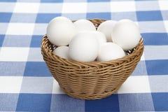 Korg av ägg Arkivbilder