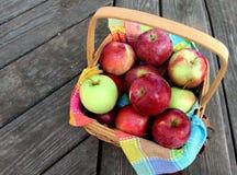 Korg av äpplen Arkivfoton