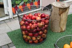 Korg av äpplen i en gata i Vejle, Danmark Arkivbild