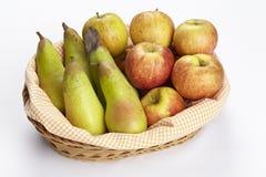 Korg av äpplen och päron Royaltyfri Foto