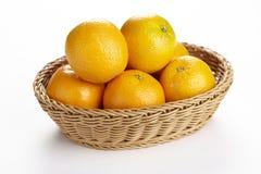 Korg av apelsiner Arkivfoto