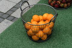 Korg av apelsiner i en gata i Vejle, Danmark royaltyfri bild