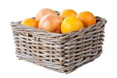 Korg av apelsiner och grapefruien med clippingmaskeringen Arkivbilder