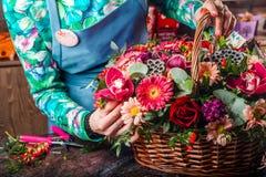 Korg av blommor Arkivfoto