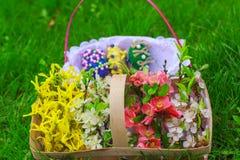 Korg av blommor och en korg med ägg Royaltyfri Bild