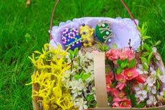 Korg av blommor och en korg med ägg Fotografering för Bildbyråer