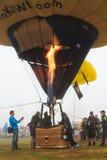 Korg av en ballong f?r varm luft Piloten sl?pper flamman fr?n gasbr?nnaren royaltyfria foton