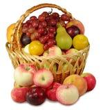 Korg av frukt arkivbilder