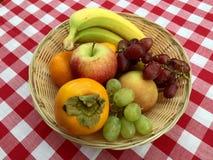 Korg av frukt Arkivfoto