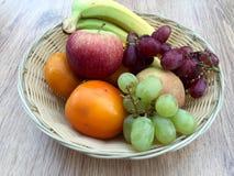 Korg av frukt Arkivbild