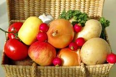 Korg av frukt & grönsaker Arkivfoto