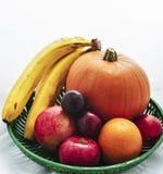 Korg av frukter Arkivfoton