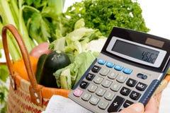 Korg av grönsaker med en räknemaskin royaltyfria bilder